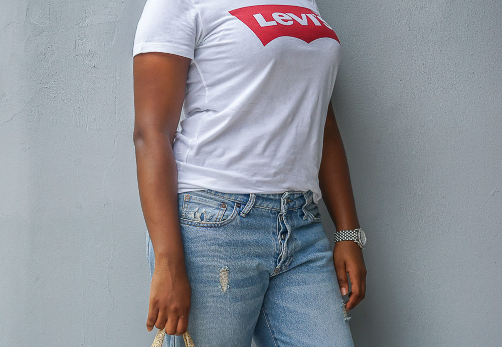 What To Wear When You Are Not Feeling To Dress Up | Graphic T-Shirt | Levis T-Shirt | Mom Jeans | Boyfriend Jeans | Travel Beauty Blog